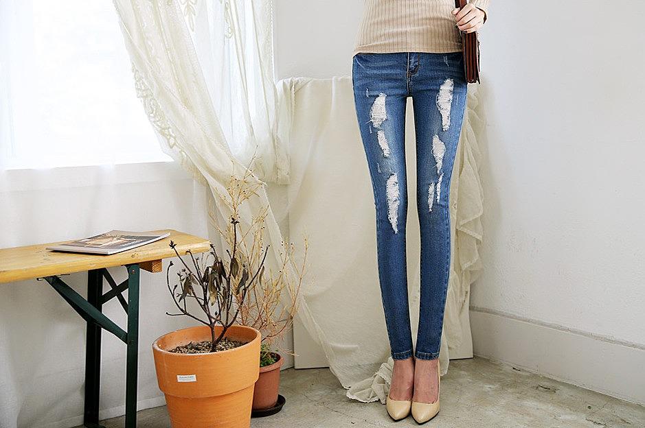 673525583c5 Синие зауженные рваные джинсы заказать по низкой цене - 2380 рублей ...