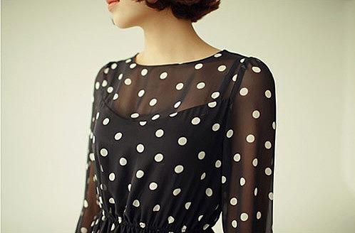 Девушкам остановившим свой выбор, на великолепном шифоновое платье в горох, нужно стараться придерживаться минимализма. Так как рисунок-горох сам по себе