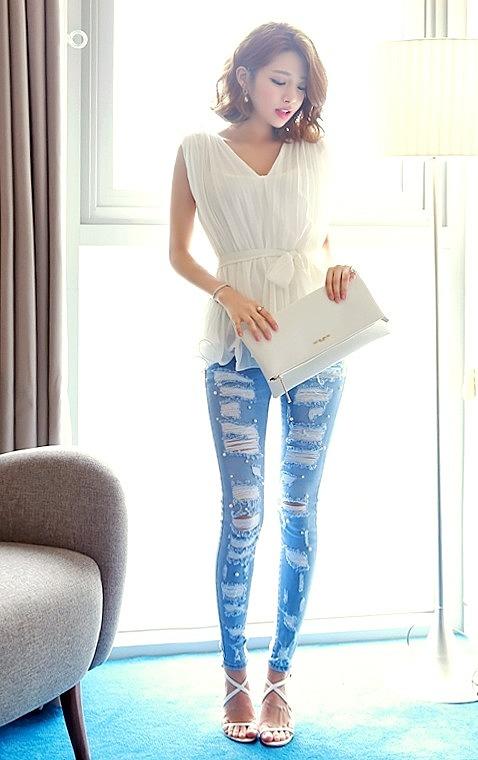 19be0deea5df Светлые джинсы с разрезами и бусинками