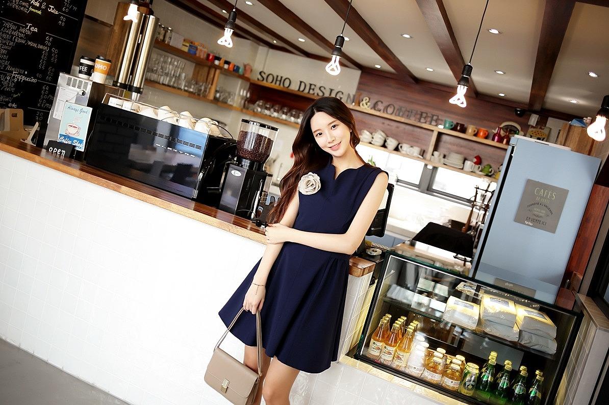Приталенное платье с декоративными элементами купить в интернет ... 8dc1907997e